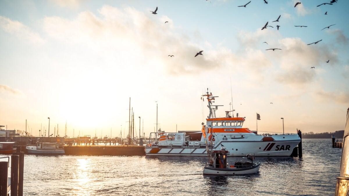 Entlang der gesamten Küste von Schleswig-Holstein gibt es fangfrischen Fisch direkt vom Kutter.