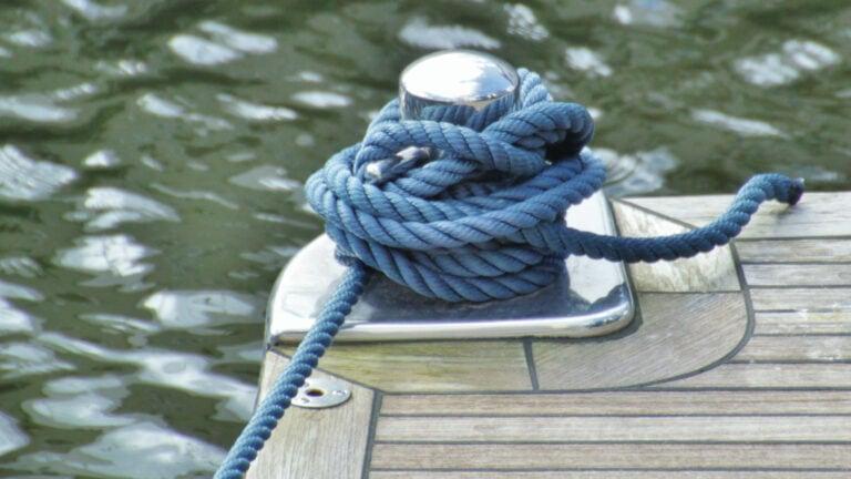 In Schleswig-Holstein kannst du Urlaub auf dem Hausboot machen. So hast du das Meer wirklich direkt vor der Haustür.