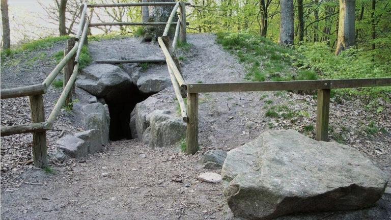Mitten in einem Wald im Norden gibt es eine echte Räuberhöhle.