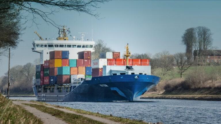 Jedes Jahr schippern ungefähr 32.000 Schiffe aus aller Welt durch den Nord-Ostsee-Kanal.