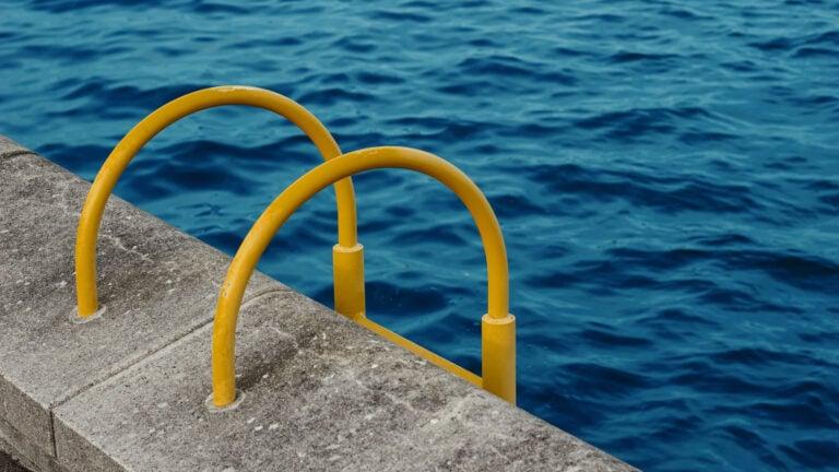 Echte Norddeutsche springen nicht ins Meer, sondern ins Hafenbecken